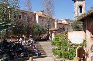 Птичий сад, амфитеатр и сцена, где проходят шоу.